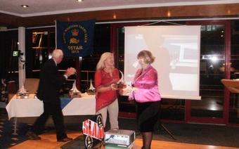 Asia odbiera nagrodę z rąk Burmistrzyni, Fot. A. Nebelski